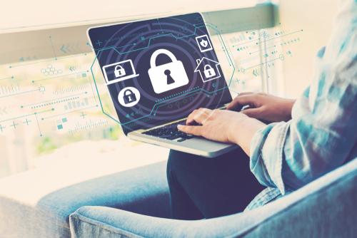 パソコンのセキュリティソフトを起動している男性