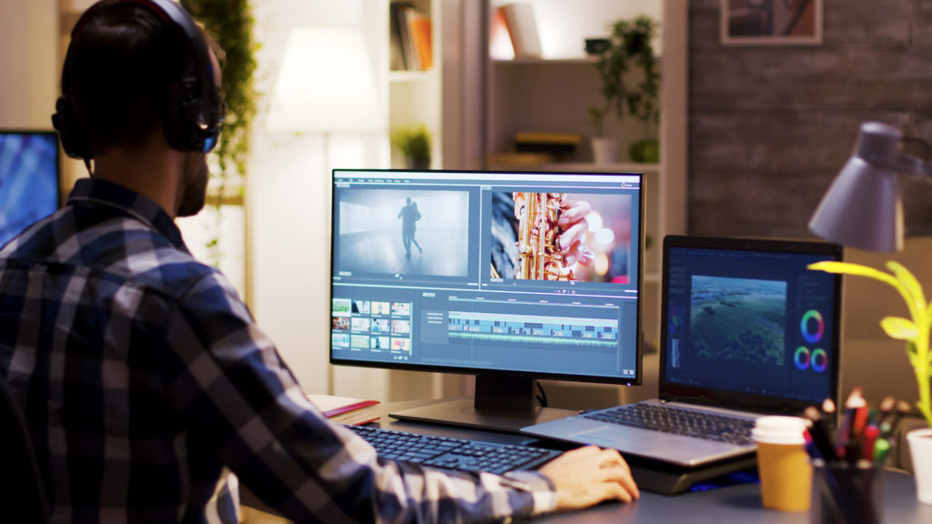 動画編集ソフトで編集している男性